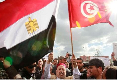 : Rached Ghannouchi, miembro de la oposición tunecina, enarbola las banderas de Egipto y Túnez ante la embajada egipcia en Túnez, el 4 de febrero (Louafi Larbi/Reuters)